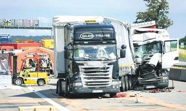 İki TIR kaza yaptı otoyola asit sızdı