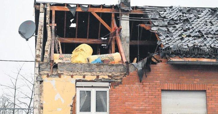 Kasırga evlerin çatısını uçurdu
