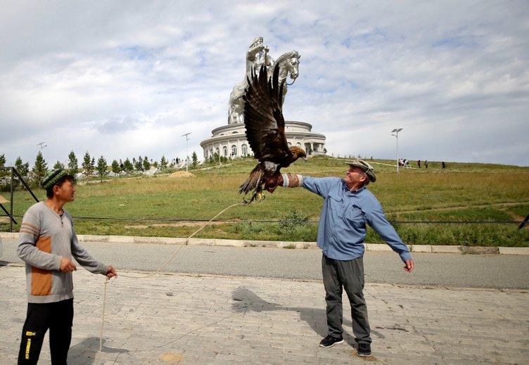 40 metrelik Cengiz Han Heykeli ziyaretçilerin ilgisini çekiyor