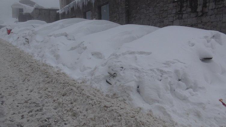 Uludağ'da tatilciler kar altında araçlarını aradı