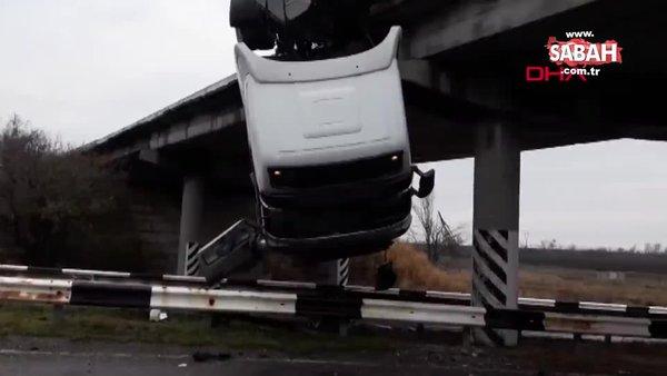 Görenleri şaşkına çeviren kaza! Kamyon köprüde asılı kaldı | Video