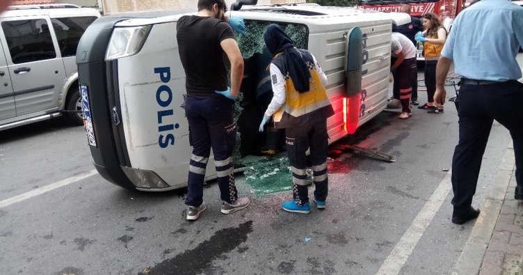 Ataşehir'de polis aracı devrildi: 1 yaralı