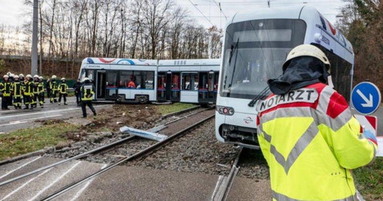Kamyonla tramvay çarpıştı 6 kişi ağır yaralı