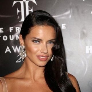 Adriana Lima doğal güzelliğiyle büyüledi!