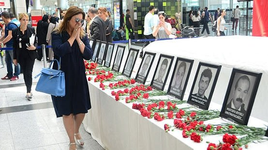 Sibel Can, Atatürk Havalimanı'ndaki anma alanına karanfil bıraktı