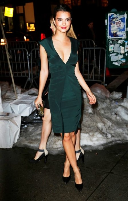 Emily Ratajkowski, giydiği kıyafetle herkesi büyüledi!