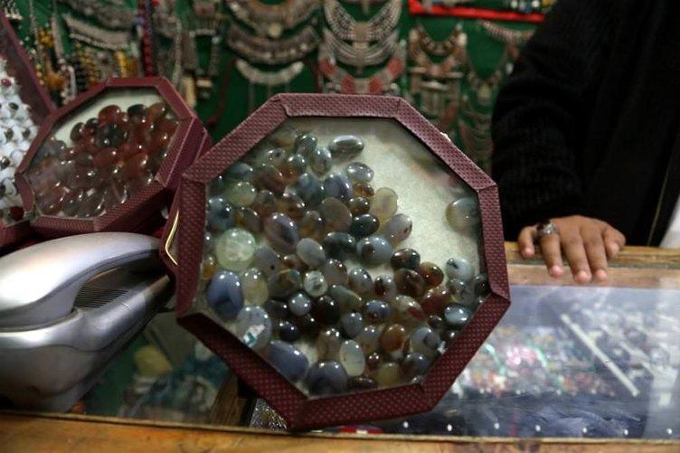 Yemen Akik'i, el üstünde tutuluyor