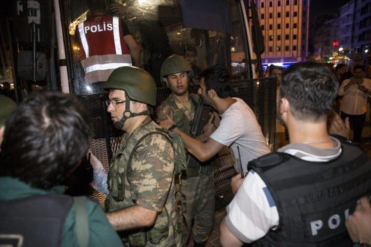 Darbeci rütbeli askerlerin tutuklanma anı