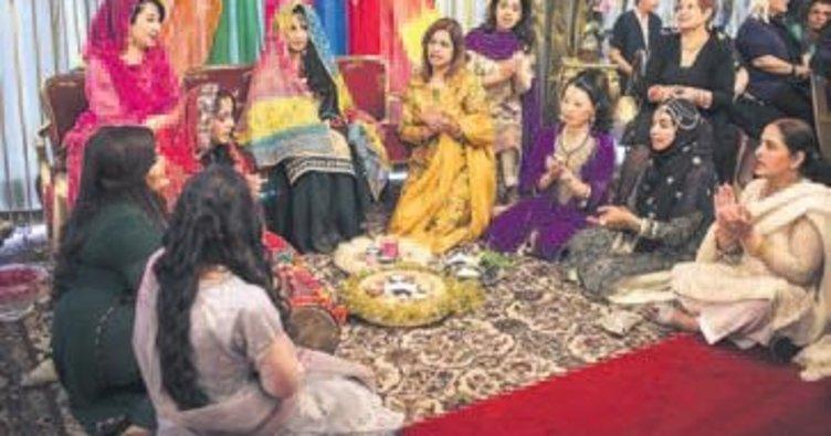 Pakistan düğün kıyafetleri sergilendi