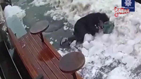 Ukrayna'da yolda yürürken başına buz kütlesi düştü | Video