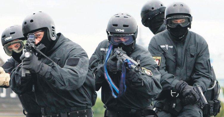 Irkçı polislere göstermelik ceza