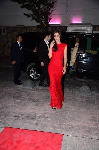 Ünlü güzeller kırmızı halıda