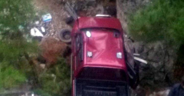 Antalya'da kamyonet uçuruma yuvarlandı