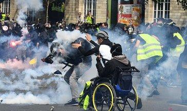 Fransa'da sarı yeleklilerin gösterilerinde 52 kişi gözaltına alındı