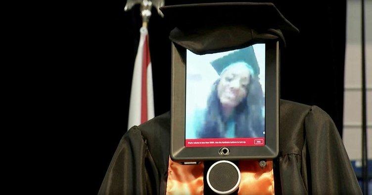 Diplomasını almaya robot yolladı