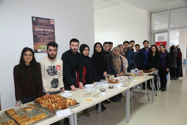 Mehmetçik Afrin'de yerel halkla ekmeğini paylaşıyor