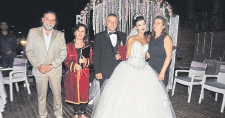 Lara sahilinde renkli düğün