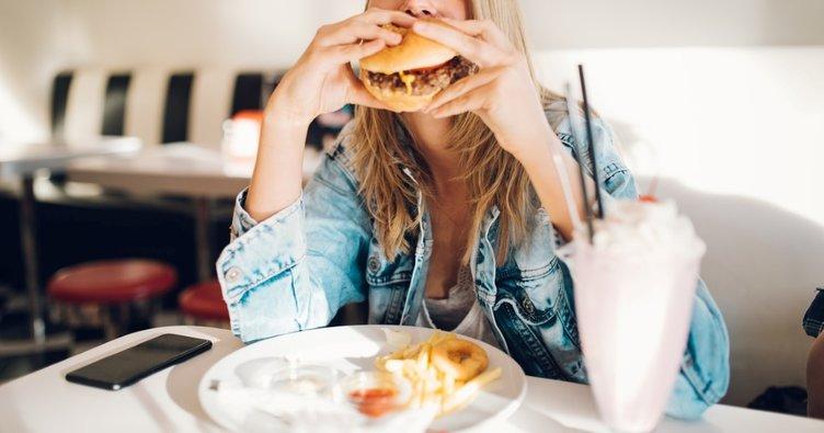 Fast-Food yemek kadınların doğurganlığını azaltıyor!