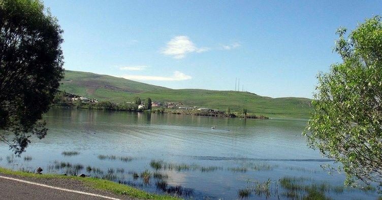Çıldır Gölü, güzelliği ile göz kamaştırıyor