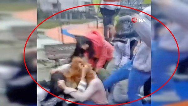 Son dakika! Bursa'da utanç verici görüntü! Genç kızlar erkek yüzünden tekme tokat kavga etti | Video