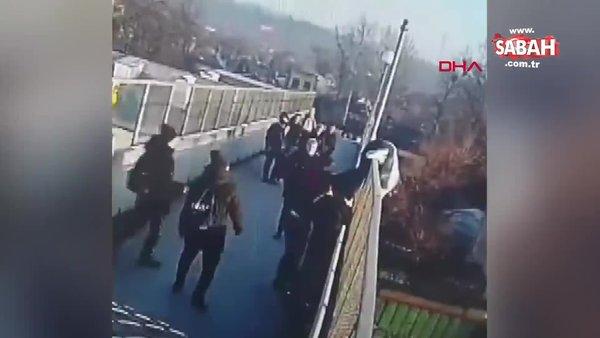 Üst geçitte intihar girişiminde bulunan kadının çevredekiler tarafından kurtarılma anı kamerada | Video