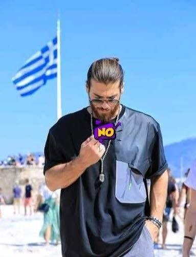 Ünlü oyuncu Can Yaman el hareketiyle Yunanistan'ı karıştırdı! Can Yaman'dan Yunan bayrağı önünde tepki çeken hareket!