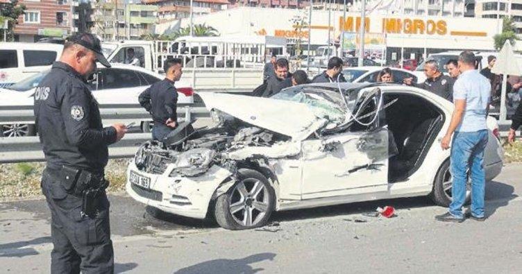 Kazada araçta sıkışan sürücüyü itfaiye kurtardı