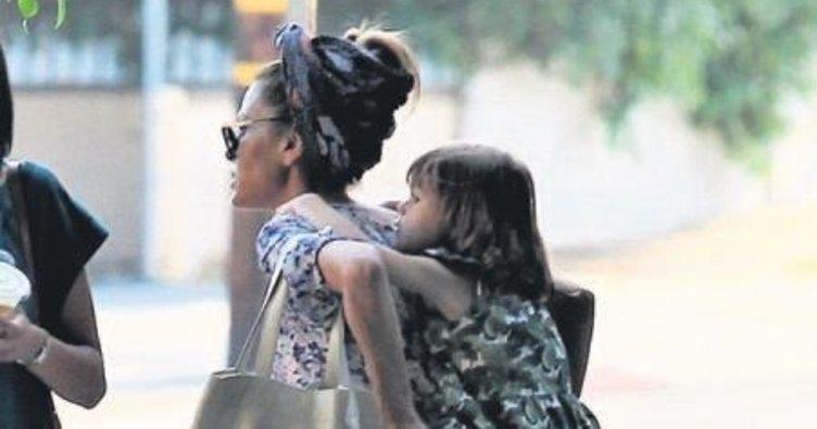 Kızını sırtında taşıdı