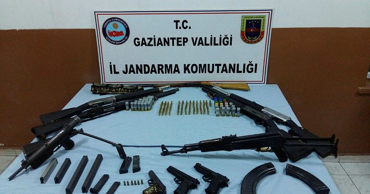 Gaziantep'te aranan evde ruhsatsız 10 silah ele geçirildi