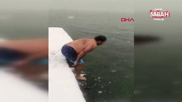 İstanbul  Sarıyer'de kar yağarken boğazın serin sularına girip yüzdü | Video