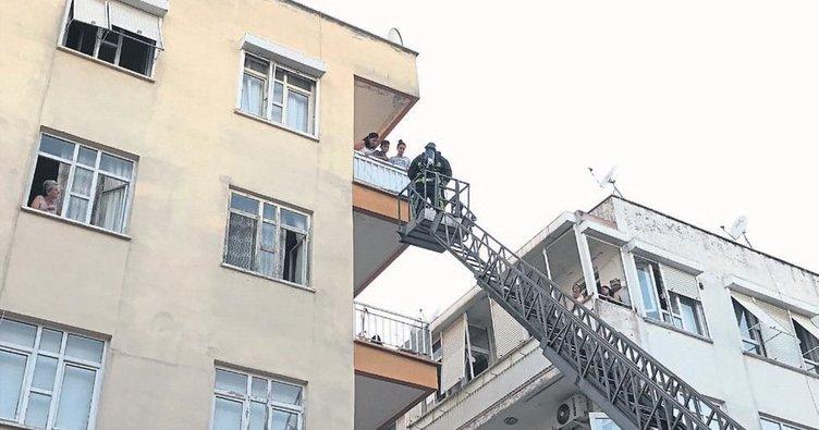 Yanmak üzereyken balkondan kurtarıldı
