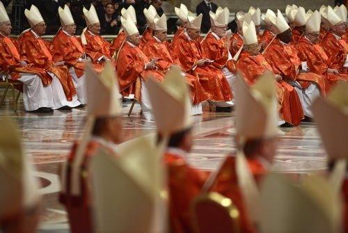 Papalık seçimi geleneksel ayinle başladı