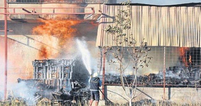 Erdemli'de yangın: 2 katlı ev kül oldu