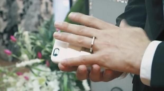 iPhone ile evlendi