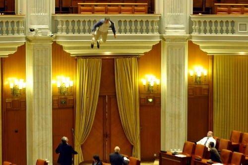 Başbakan konuşurken balkondan atladı