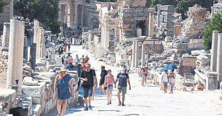 Efes Antik Kenti'ne turistler akın ediyor