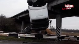 Görenleri şaşkına çeviren kaza! Kamyon köprüde asılı kaldı   Video