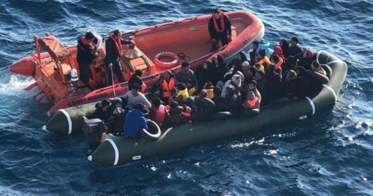 Bodrum'da iki lastik botta toplam 21 kaçak göçmen yakalandı