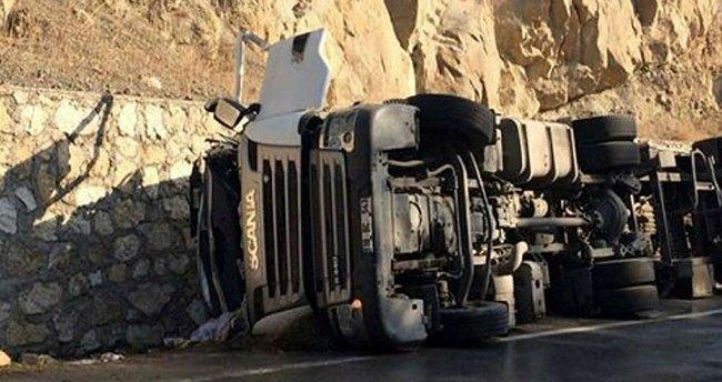 Süt tankeri devrildi: 2 ölü