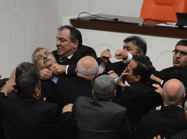 Meclis'te yumruk yumruğa kavga