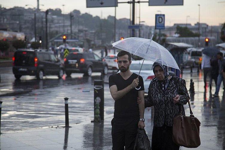 İstanbul'da sağanak yağmur vatandaşları hazırlıksız yakaladı