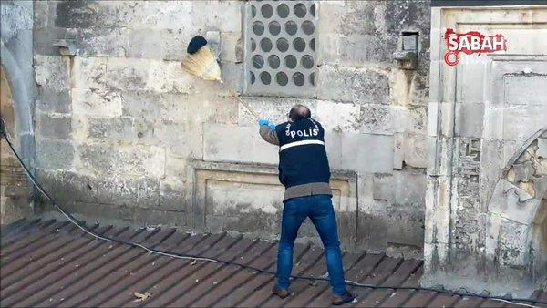 6 asırlık camiyezarar veren kişi, caminin dış cephesine kasketini asıp kayıplara karıştı | Video
