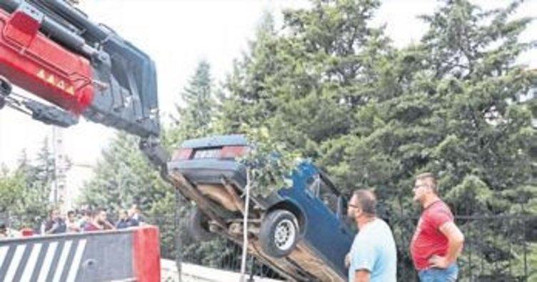 Okulun bahçesine otomobil düştü