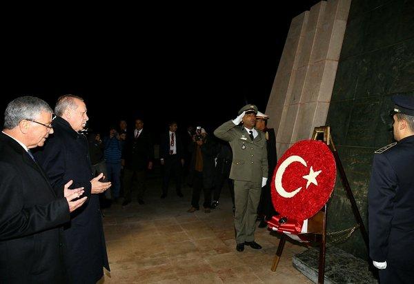 Cumhurbaşkanı Erdoğan Tunus'ta Şehitler Anıtına çelenk bıraktı