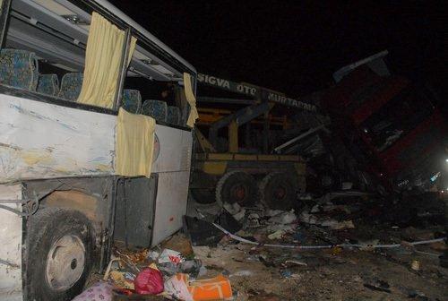 Otobüsle 2 TIR çarpıştı: 2 ölü