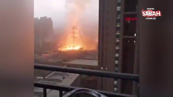 Çin'de gökdelene yıldırım düşme anı kamerada | Video
