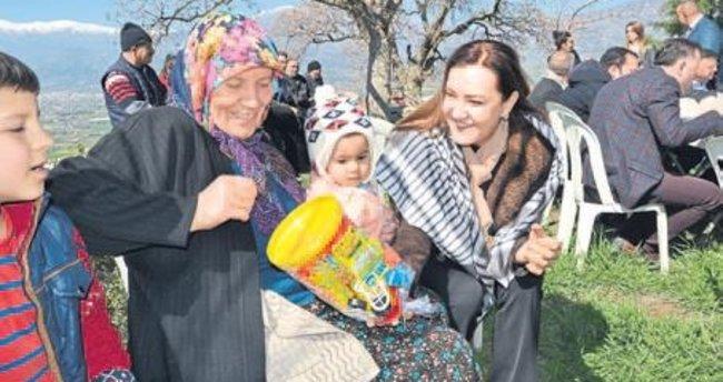 Nükhet Hotar Kiraz'da vatandaşlarla buluştu