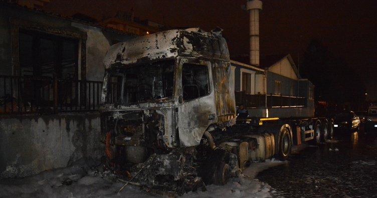 Esenyurt'ta park halindeki iki TIR yandı