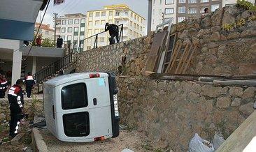 Adıyaman'da hafif ticari araç, evin bahçesine devrildi