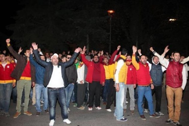 Galatasaray taraftarı Florya tesislerini bastı